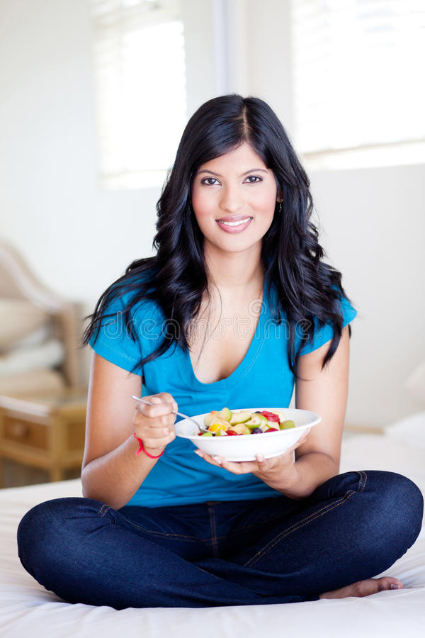 Kvinna som äter fruktsallad royaltyfri bild