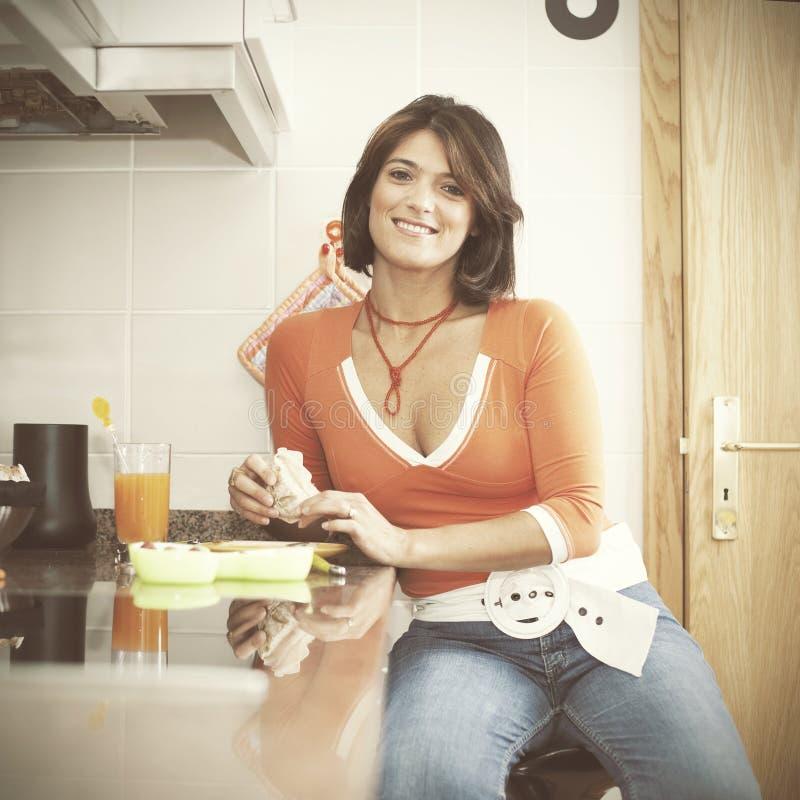 Kvinna som äter hennes frukost royaltyfria foton