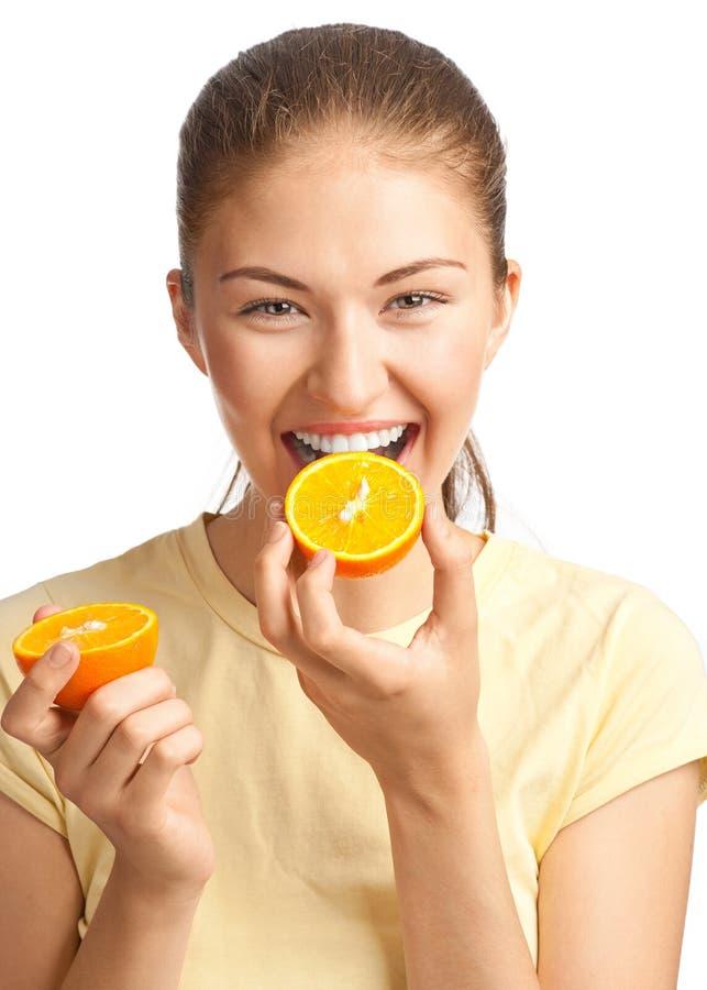 Kvinna som äter orangen royaltyfria bilder