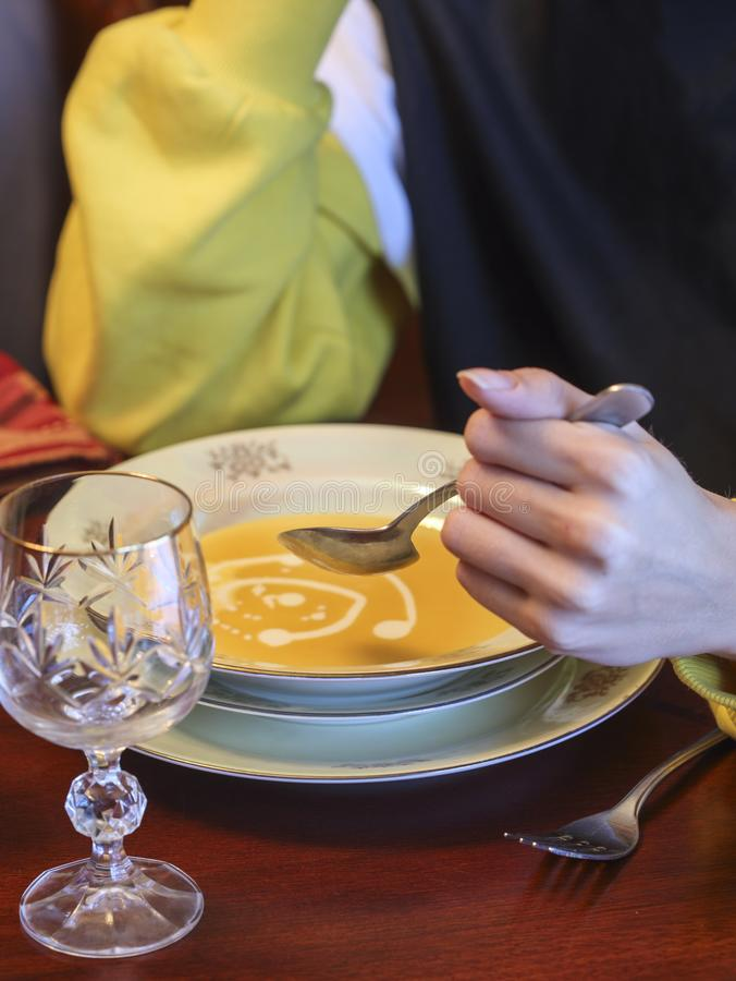 Kvinna som äter pumpasoppa royaltyfria foton