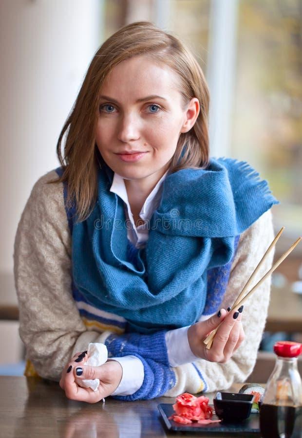 Kvinna som äter sushi i restaurang arkivbilder