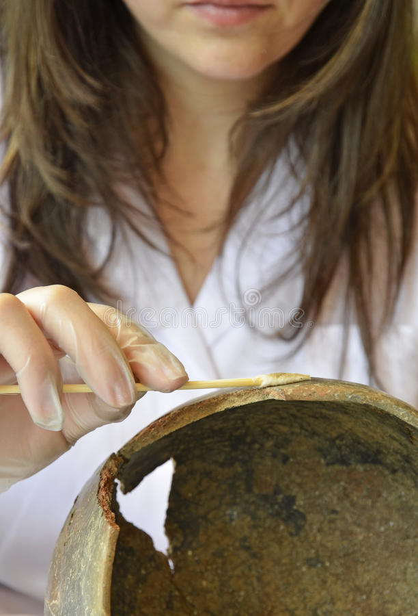 Kvinna som återställer en förhistorisk skyttel royaltyfria foton