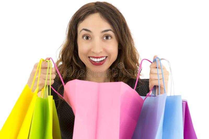 Kvinna som öppnar hennes gåvapåse arkivfoto