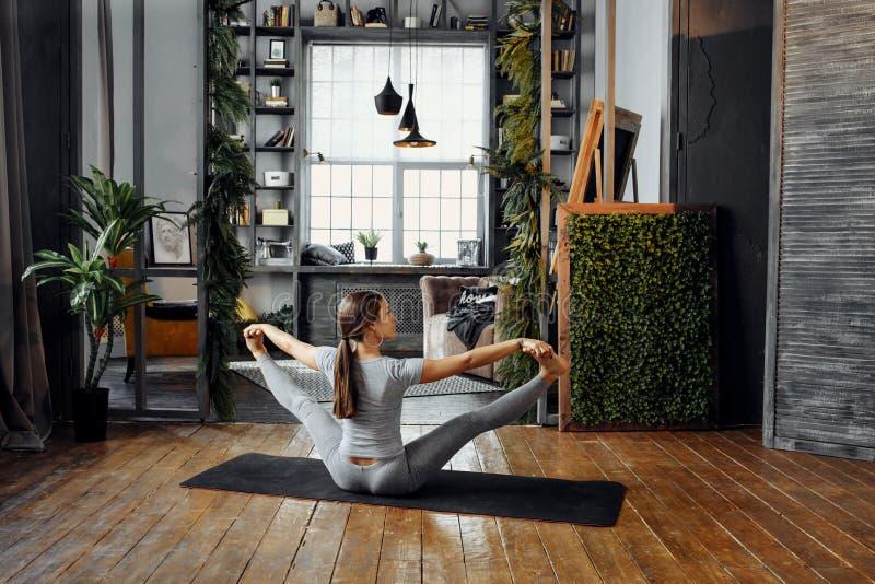Kvinna som öva hem- yoga En serie av yoga poserar Innehåll lutning- och urklippmaskeringen royaltyfria foton