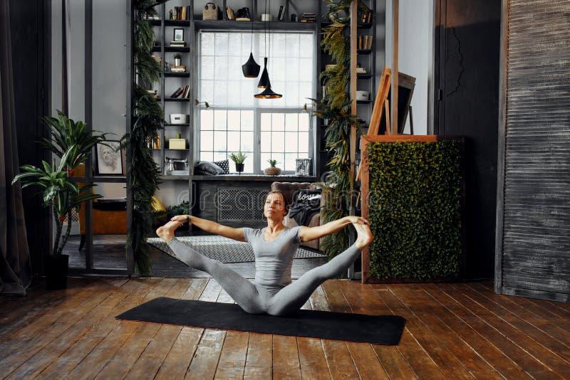 Kvinna som öva hem- yoga En serie av yoga poserar Innehåll lutning- och urklippmaskeringen royaltyfri bild