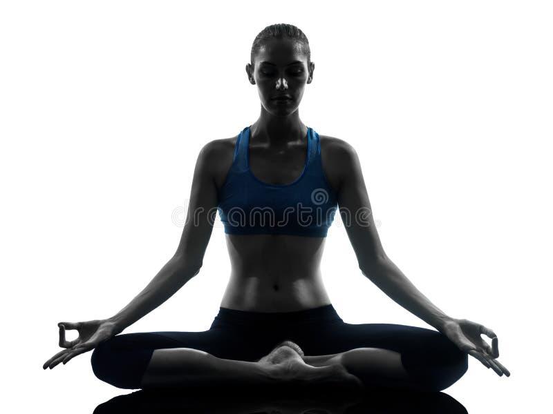 Kvinna som övar att meditera för yoga arkivbild