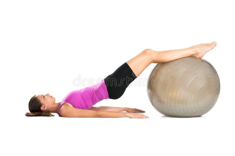 Kvinna som övar med den Pilate bollen fotografering för bildbyråer