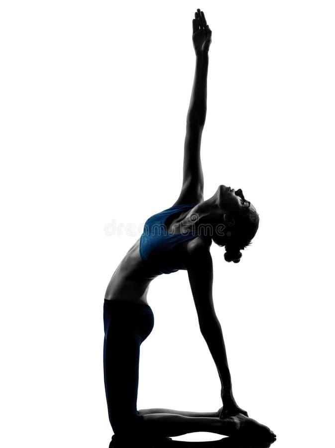Kvinna som övar yoga arkivfoto