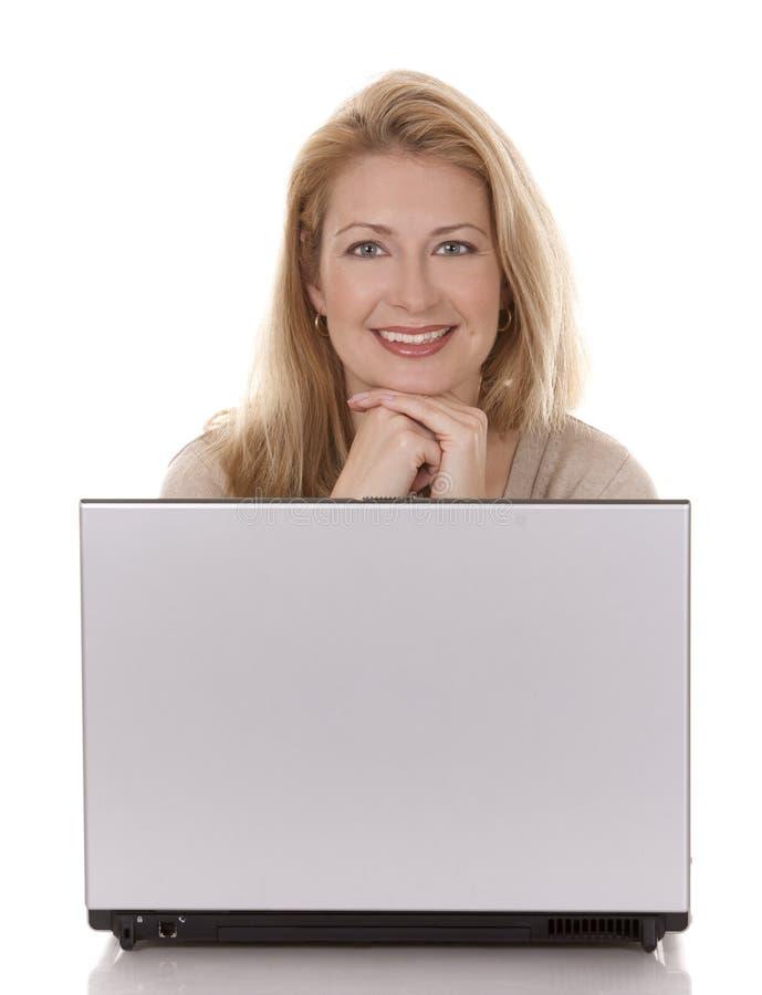 Download Kvinna Som Använder Bärbar Dator Fotografering för Bildbyråer - Bild av leende, tillfälligt: 27278407