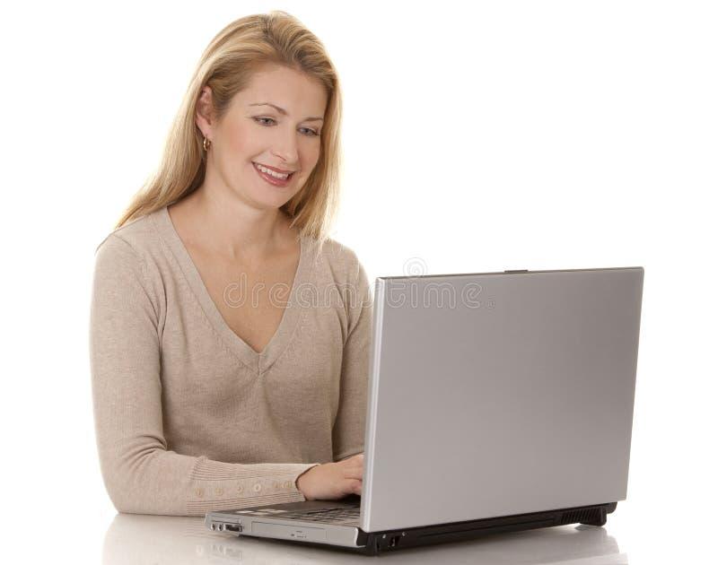 Download Kvinna Som Använder Bärbar Dator Arkivfoto - Bild av teknologi, person: 27278422