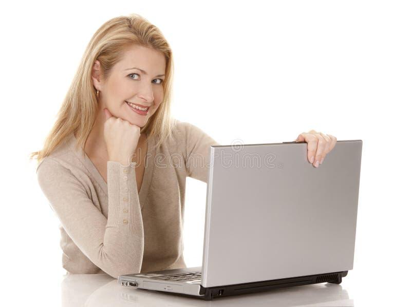 Download Kvinna Som Använder Bärbar Dator Fotografering för Bildbyråer - Bild av anteckningsbok, lyckligt: 27278429