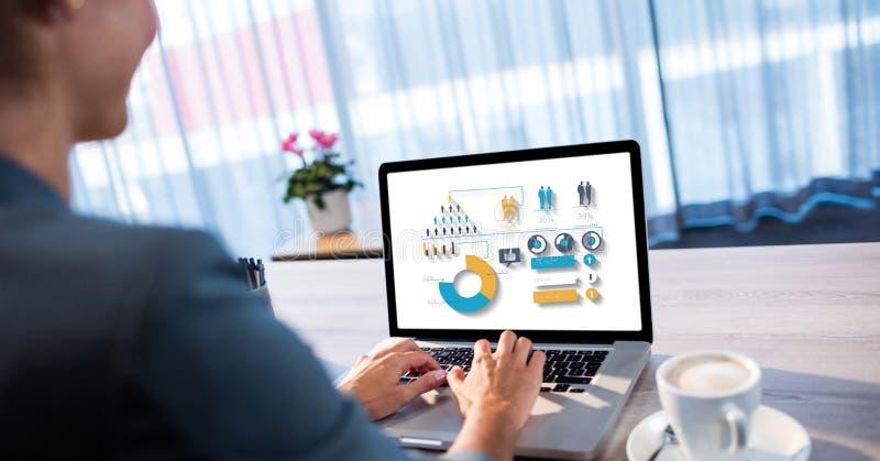 Kvinna som använder bärbara datorn med olika symboler på skärmen på tabellen royaltyfri illustrationer