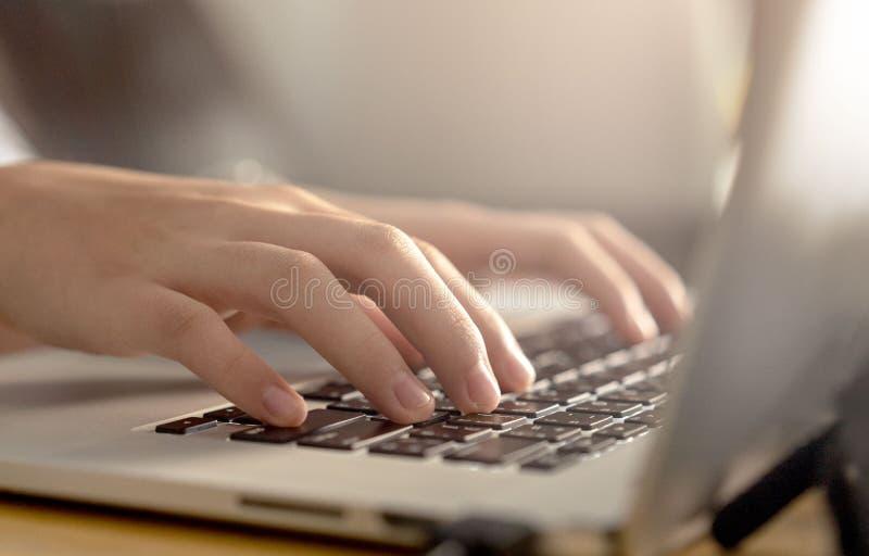 Kvinna som använder bärbara datorn och att söka rengöringsduken som bläddrar upp information, slut av affärskvinnor som arbetar m royaltyfria foton