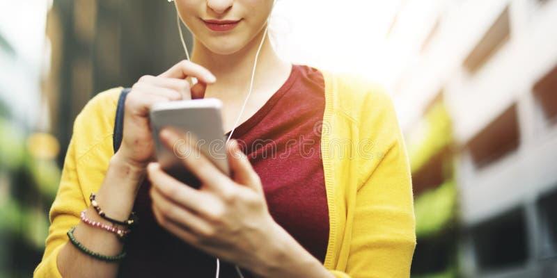 Kvinna som använder begrepp för socialt massmedia för rörlighet online- arkivbilder