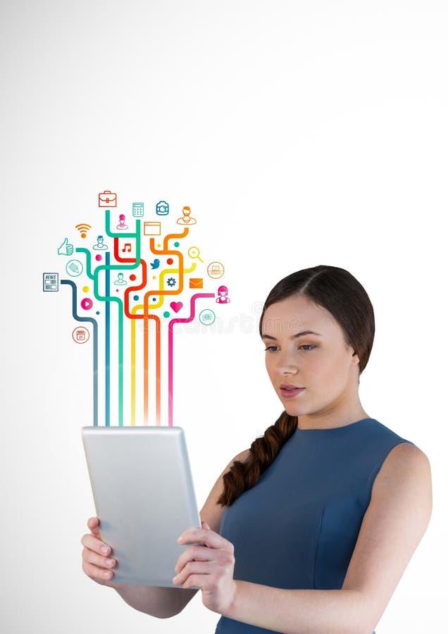 Kvinna som använder den digitala minnestavlan med den digitalt frambragda applikationsymbolsmanöverenheten arkivfoton