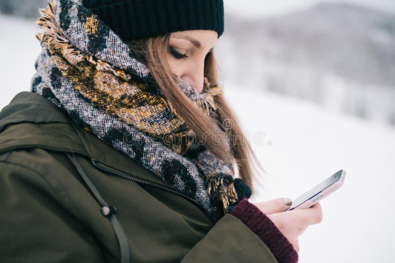 Kvinna som använder den mobila smartphonen royaltyfri bild