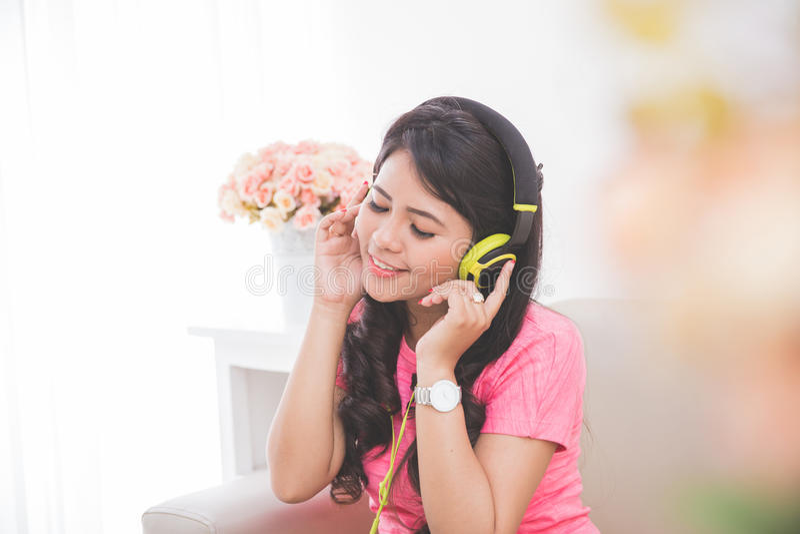 Kvinna som använder en hörlurar med mikrofon royaltyfri fotografi