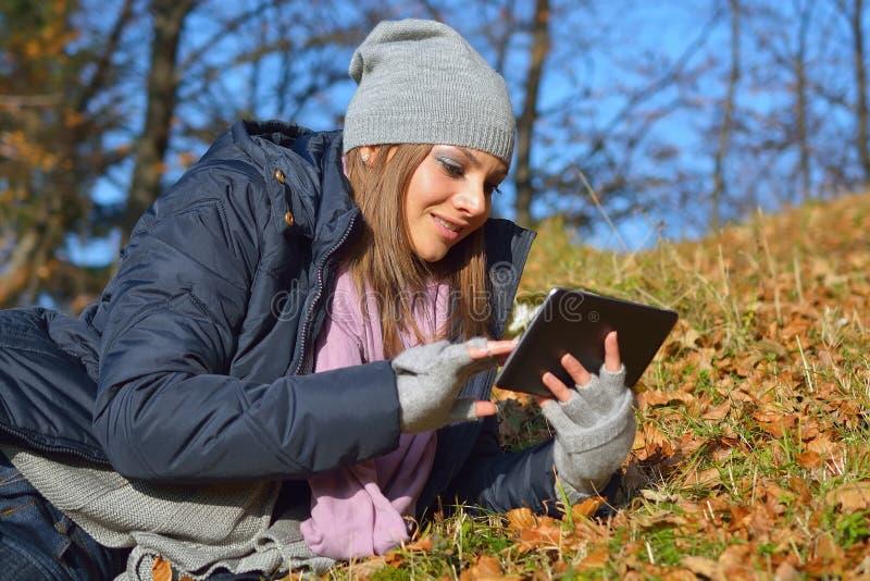 Kvinna som använder en tablet fotografering för bildbyråer