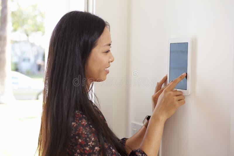 Kvinna som använder handlagblocket i ingång för att returnera arkivfoto
