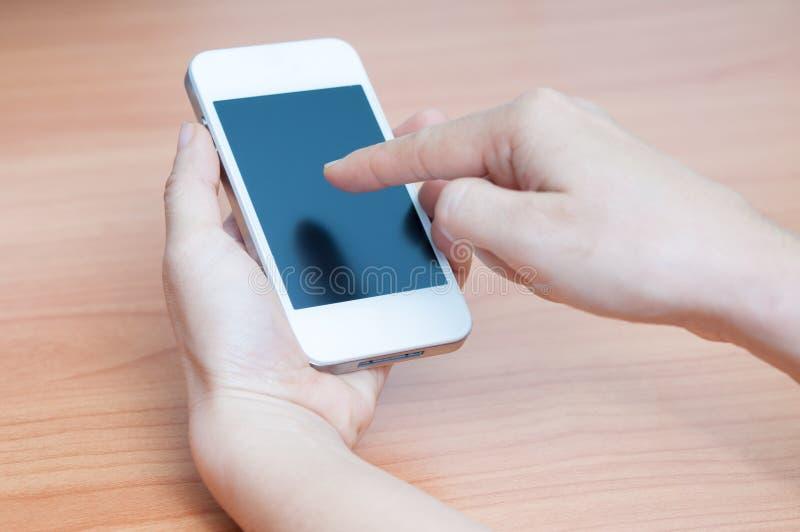 kvinna som använder hennes mobiltelefon arkivfoto