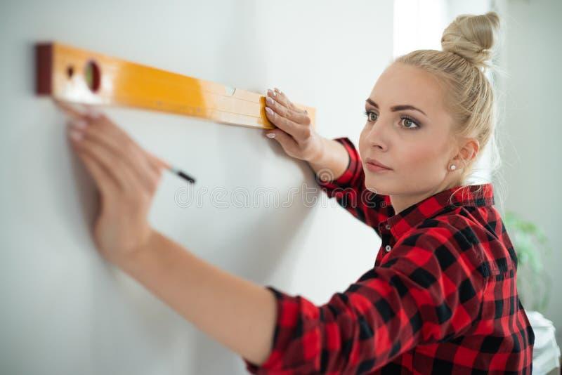 Kvinna som använder jämna hjälpmedlet hemma royaltyfri bild