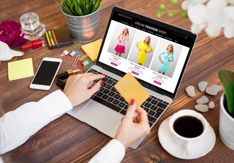 Kvinna som använder kreditkorten, medan shoppa direktanslutet royaltyfria foton
