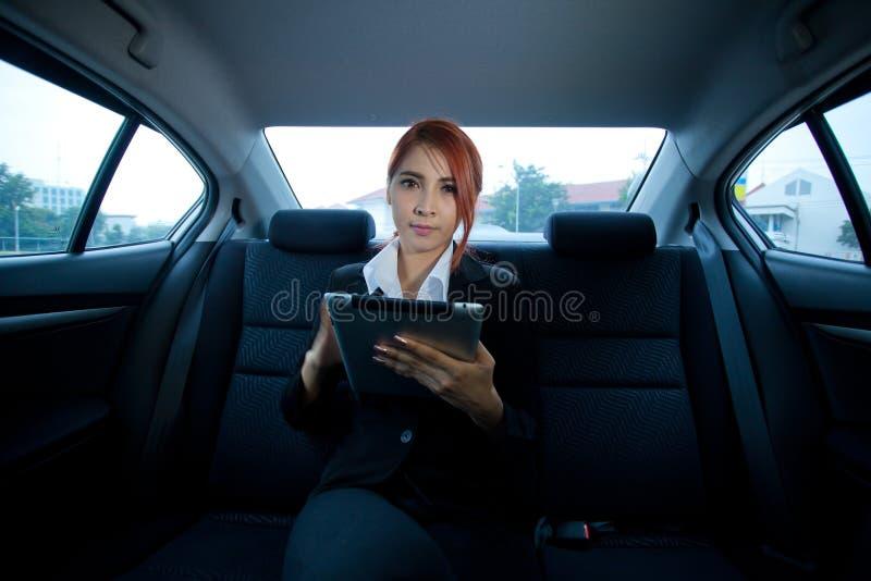 Kvinna som använder minnestavlan arkivfoton