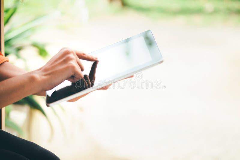 Kvinna som använder minnestavlan för att arbeta och att lära fotografering för bildbyråer