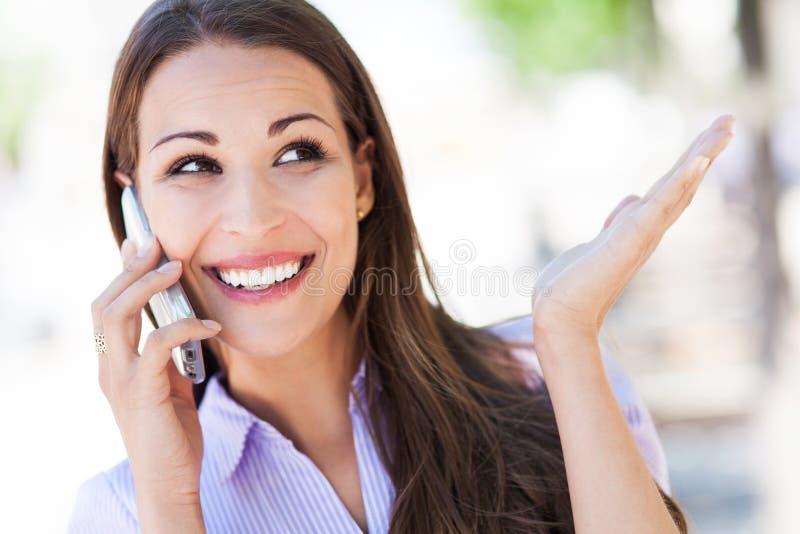 Kvinna som använder mobiltelefonen royaltyfria bilder