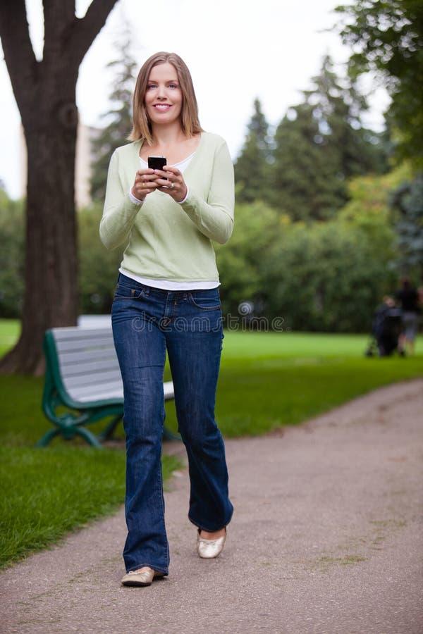 Kvinna som använder mobiltelefonen arkivfoto