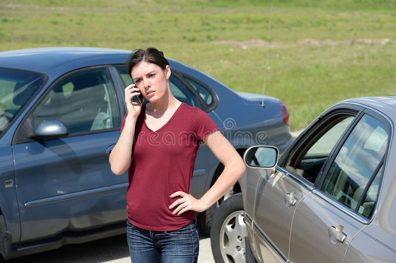 Kvinna som använder mobiltelefonen efter olycka arkivbilder