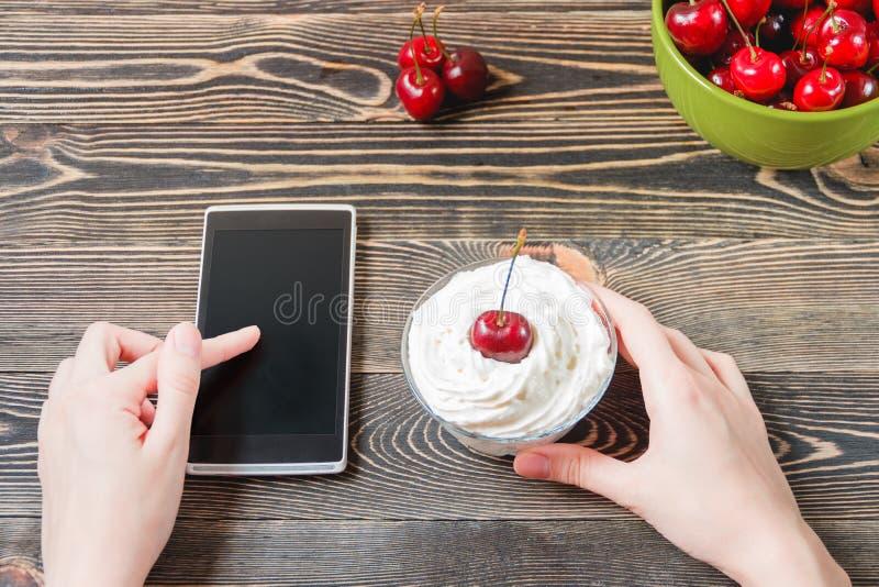 Kvinna som använder mobiltelefonen mot körsbäret begrepp isolerad teknologiwhite arkivfoto