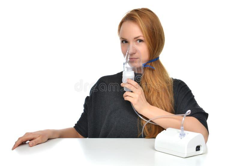 Kvinna som använder nebulizeren för respiratorisk inhalatorastmabehandling arkivbild