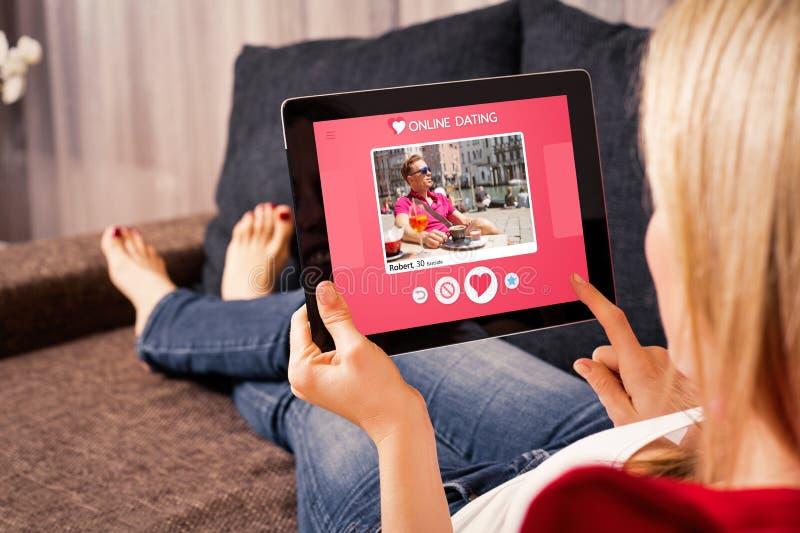 Kvinna som använder online-datera app på minnestavlan