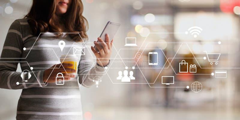 Kvinna som använder online-shopping för mobila betalningar och anslutning för symbolskundnätverk Digital marknadsföring, M-bankrö royaltyfria bilder
