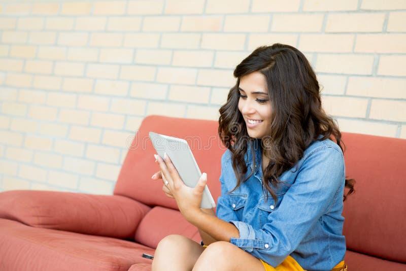 Kvinna som använder tableten arkivbilder