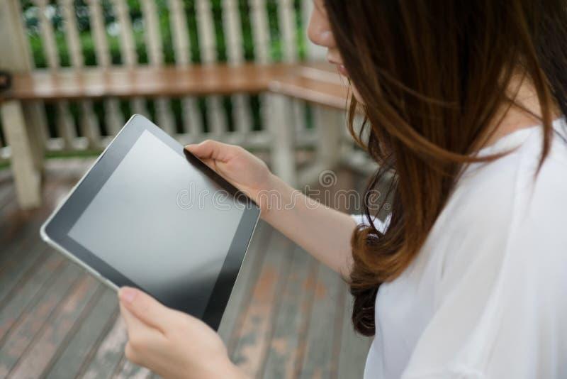 Kvinna som använder tableten fotografering för bildbyråer