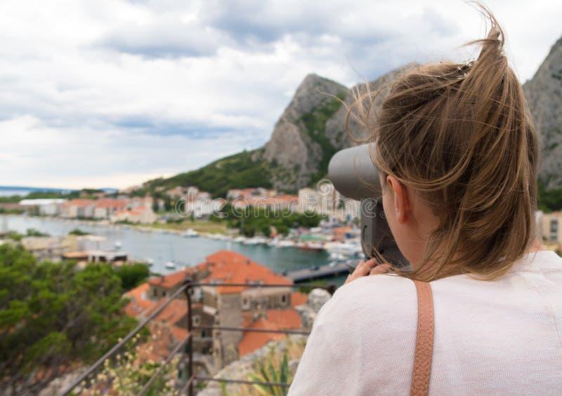 Kvinna som använder teleskopet arkivbilder