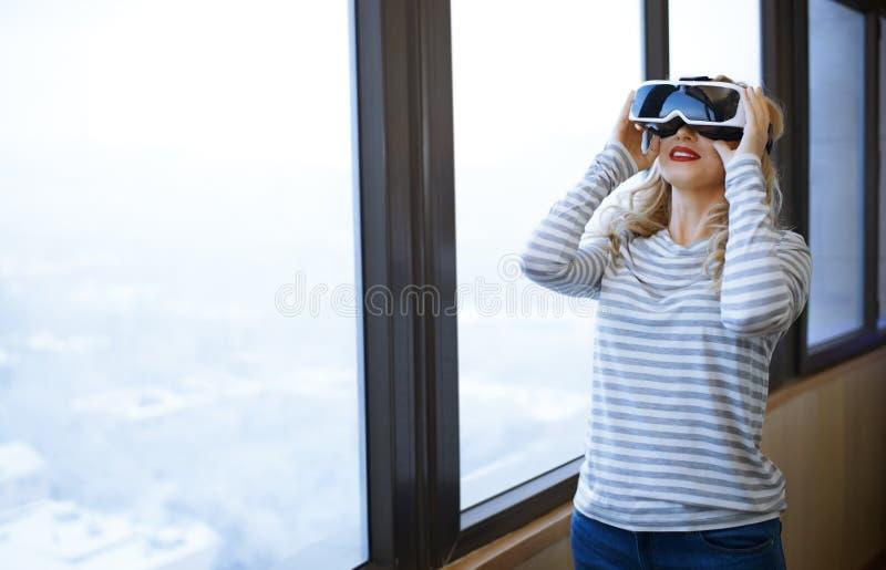 Kvinna som använder virtuell verklighet royaltyfri fotografi
