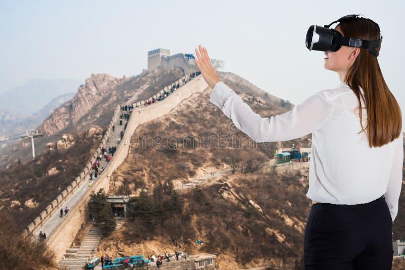 Kvinna som använder virtuell verklighetapparaten arkivfoto