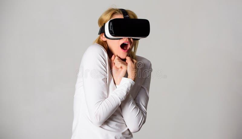Kvinna som använder virtuell verklighethörlurar med mikrofon Kvinnan med exponeringsglas av virtuell verklighet futuristic arkivfoton