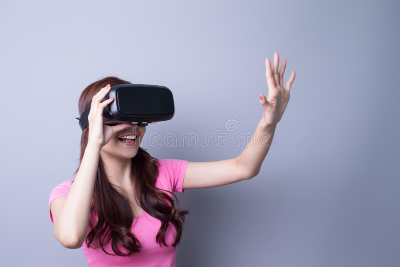 Kvinna som använder VR-hörlurar med mikrofonexponeringsglas arkivfoton