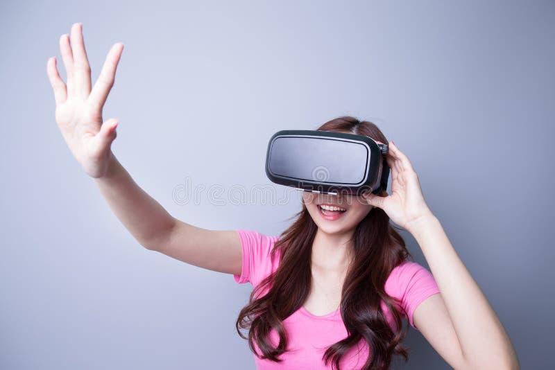 Kvinna som använder VR-hörlurar med mikrofonexponeringsglas royaltyfri fotografi