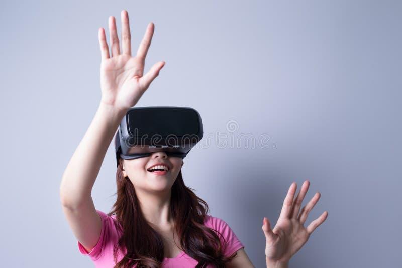 Kvinna som använder VR-hörlurar med mikrofonexponeringsglas royaltyfria bilder