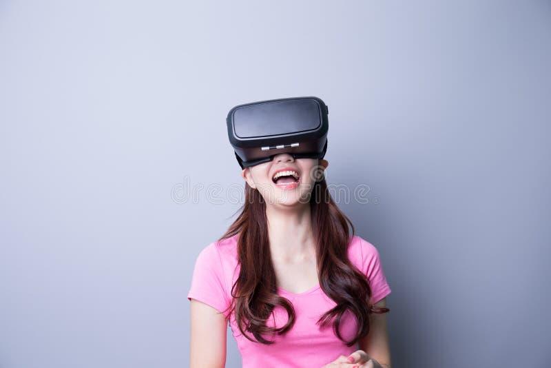 Kvinna som använder VR-hörlurar med mikrofonexponeringsglas royaltyfri bild
