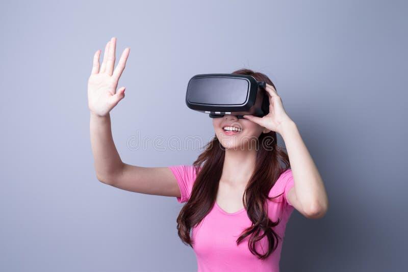 Kvinna som använder VR-hörlurar med mikrofonexponeringsglas arkivfoto