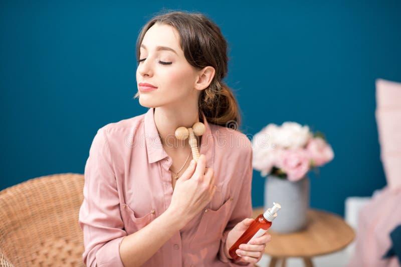 Kvinna som applicerar ansikts- massage arkivfoto