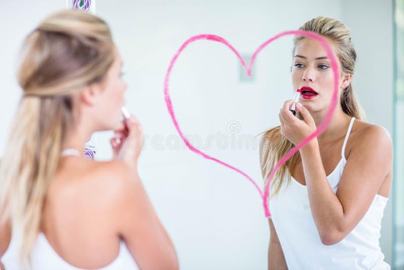 Kvinna som applicerar läppstift royaltyfria foton