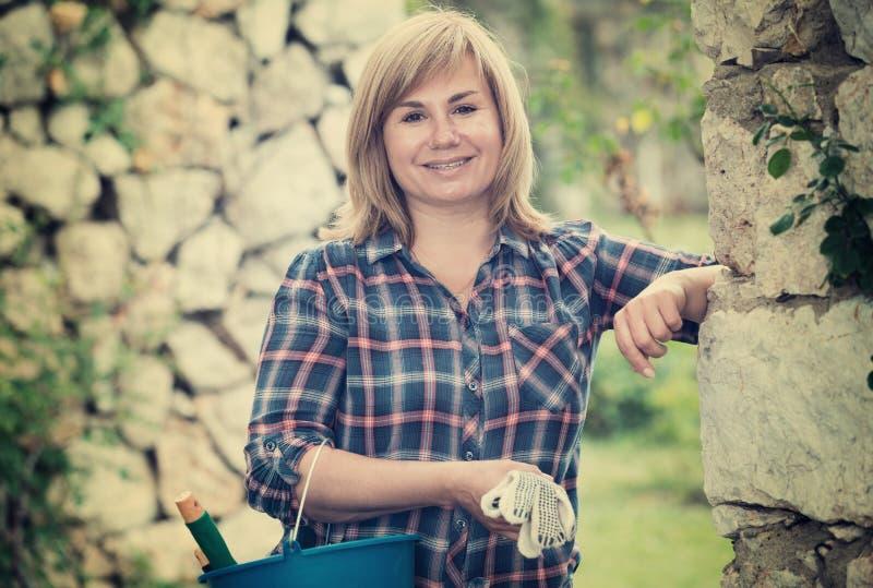 Kvinna som arbeta i trädgården instuments fotografering för bildbyråer