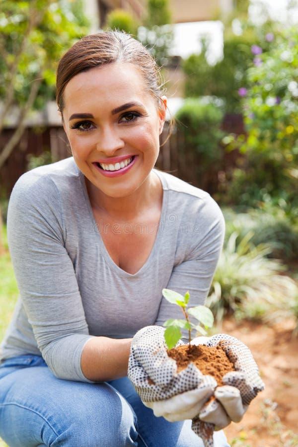 Kvinna som arbeta i trädgården trädgården royaltyfri bild